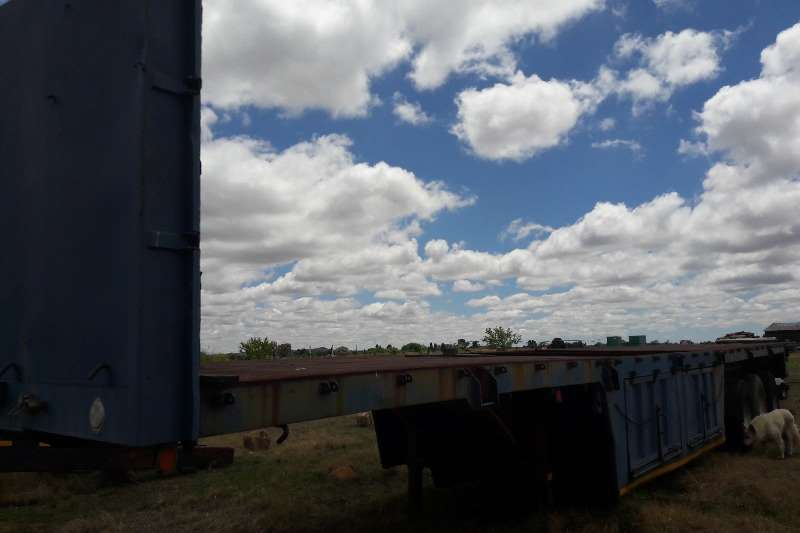 Trailers Henred Tri-Axle Used Trailer with Complete Mass Sides Available 1989