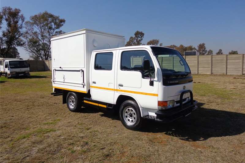 Truck Nissan Closed Body UD CABSTAR DOUBLE CAB 2002