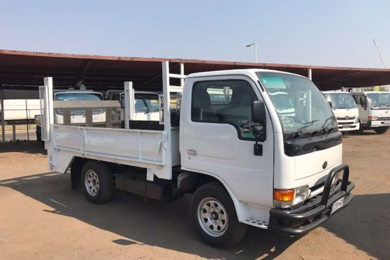 Truck Nissan Dropside NISSAN CABSTAR 20 WITH TAILLIFT 2001