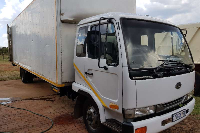 Truck Nissan Nissan UD60 LWB Closed body with rollers 0