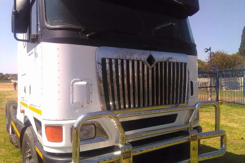 Truck-Tractor International  Double Axle 9800 h international with ISX 500 2005