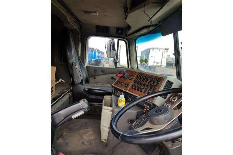 International Double axle EAGLE 9800i Cummins Truck-Tractor