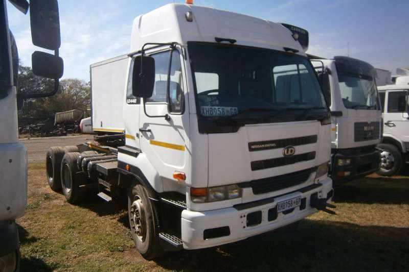 Truck-Tractor Nissan  Double Axle UD440 2008